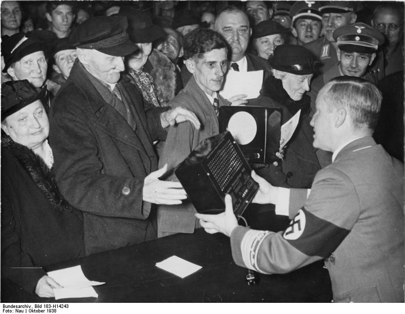 Distribution of the Radio to the German Public during World War II © Deutsches Bundesarchiv