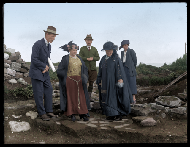 Sir Mortimer Wheeler around the Roman site of Segontium in 1922, Source: Amgueddfa Cymru – National Museum Wales, colors: Cassowary Colorizations, [CC-BY 2.0]