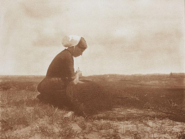 Alfred Stieglitz, Mending Nets (1899)