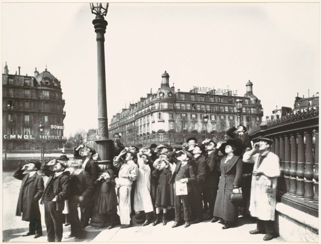 Eugène Atget, People watching the solar eclipse of 1912