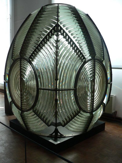 First-order rotating catadioptric Fresnel lens, dated 1870, displayed at the Musée national de la Marine, Paris.